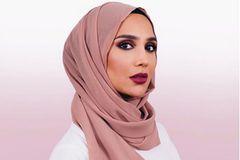 Model mit Hijab wirbt für Shampoo