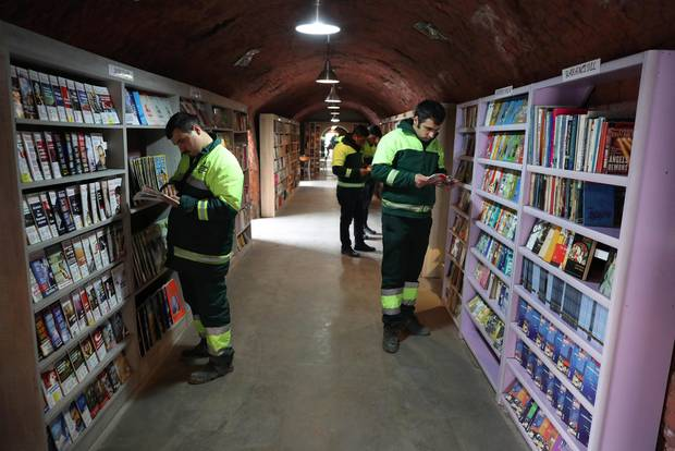 Müllmänner gründen Bücherei – mit Büchern aus dem Abfall! ❤️