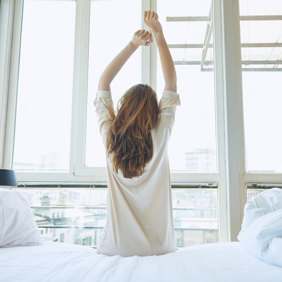 Schlafstörungen: Frau, die sich streckt (Symbolbild)