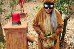 Jenny macht sich bei Schatzsuche zum Affen.