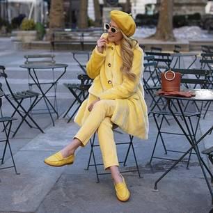 Trendfarben 2018: Bloggerin in gelbem Outfit