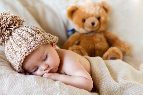 Einschlaftrick: Baby mit Teddybär