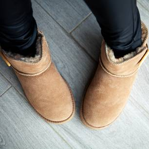 UGG-Boots in braun an einem Model