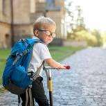 Schutzranzen: Junge mit Rucksack