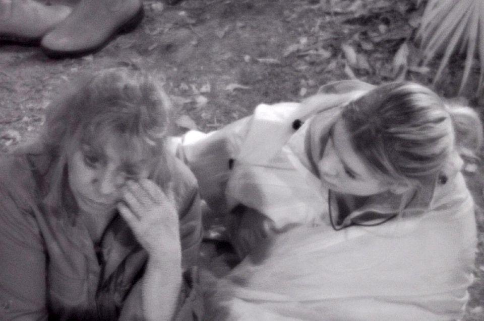 Tina kann es nicht fassen. Jenny behauptet, sie würde so viel schlafen.