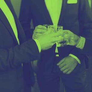Financial Times: 3 Männer in Abendgarderobe stoßen mit Whiskey an