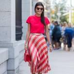 Frau trägt Plisseerock in Rot