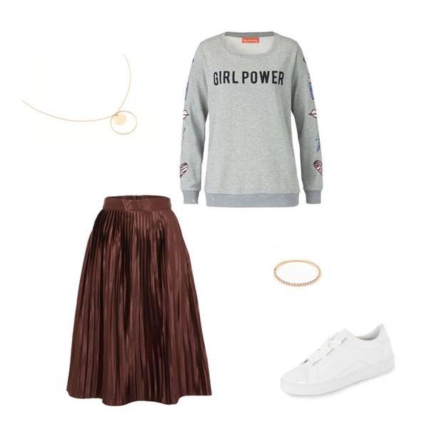 """Wir lieben Stilbrüche! Deshalb haben wir bei diesem Look einen eleganten Plisseerock in Kupfer downgegradet. Ein schöner Kontrast entsteht durch die Kombination aus edlen und sportlichen Kleidungsstücken. Wer mit Stilbrüchen arbeitet, sollte lediglich immer darauf achten, dass die verschiedenen Farben harmonisch wirken. Wir stylen zum Rock einen grauen Sneaker mit der Aufschrift """"Girlpower"""" und lässige Sneaker in weißer Hochglanz-Optik. Abgerundet wird das Outfit durch edlen Schmuck, bestehen aus Kette und Ring in hochwertigem Roségold. So easy kreiert ihr einen Freizeit-Look!  Den Look nachshoppen und bares Geld sparen - mit der BRIGITTE Shopping Card! Ihr wisst noch gar nicht, was die BRIGITTE Shopping Days sind oder wollt euren Freischaltcode eingeben? Dann einfach hier entlang."""
