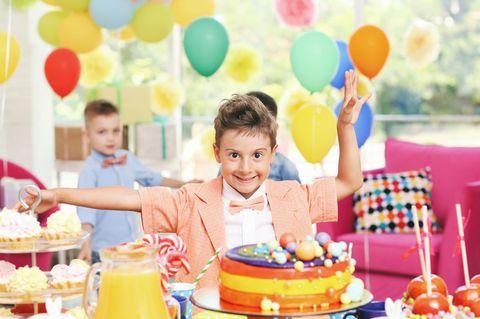 Schick gekleidetes Kind feiert Geburtstag