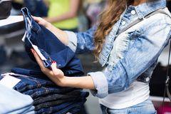 Shopping-Schock: Frau hält Jeans