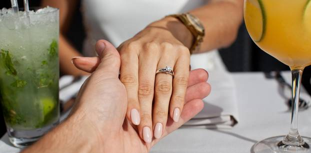 Falscher Ring: Frau mit Verlobungsring