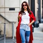 Frau trägt roten Mantel und rote Accessoires