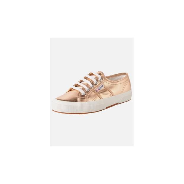 Sneaker in metallischen Tönen sind DER Schuh-Trend in 2018. Dieses Modell von Superga gibt es über About You, um 65 Euro. Mit der BRIGITTE Shopping Card gibt es 15 Prozent Rabatt.
