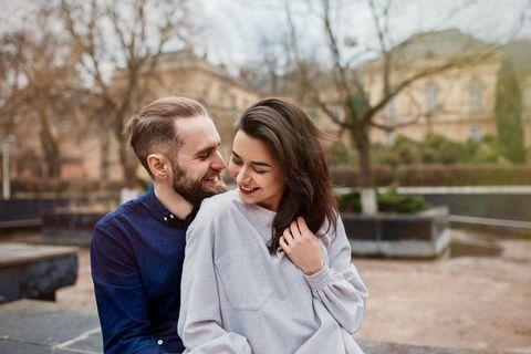 Bei welchem Wetter verliebt man sich: verliebtes Paar