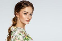 Augenbrauen-Tattoo: Frau mit tollen Augenbrauen