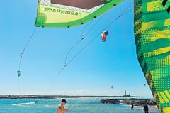 Fuerteventura: Kite-Surfer am Strand