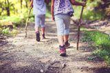 Kinder wandern im Wald / nur Beine