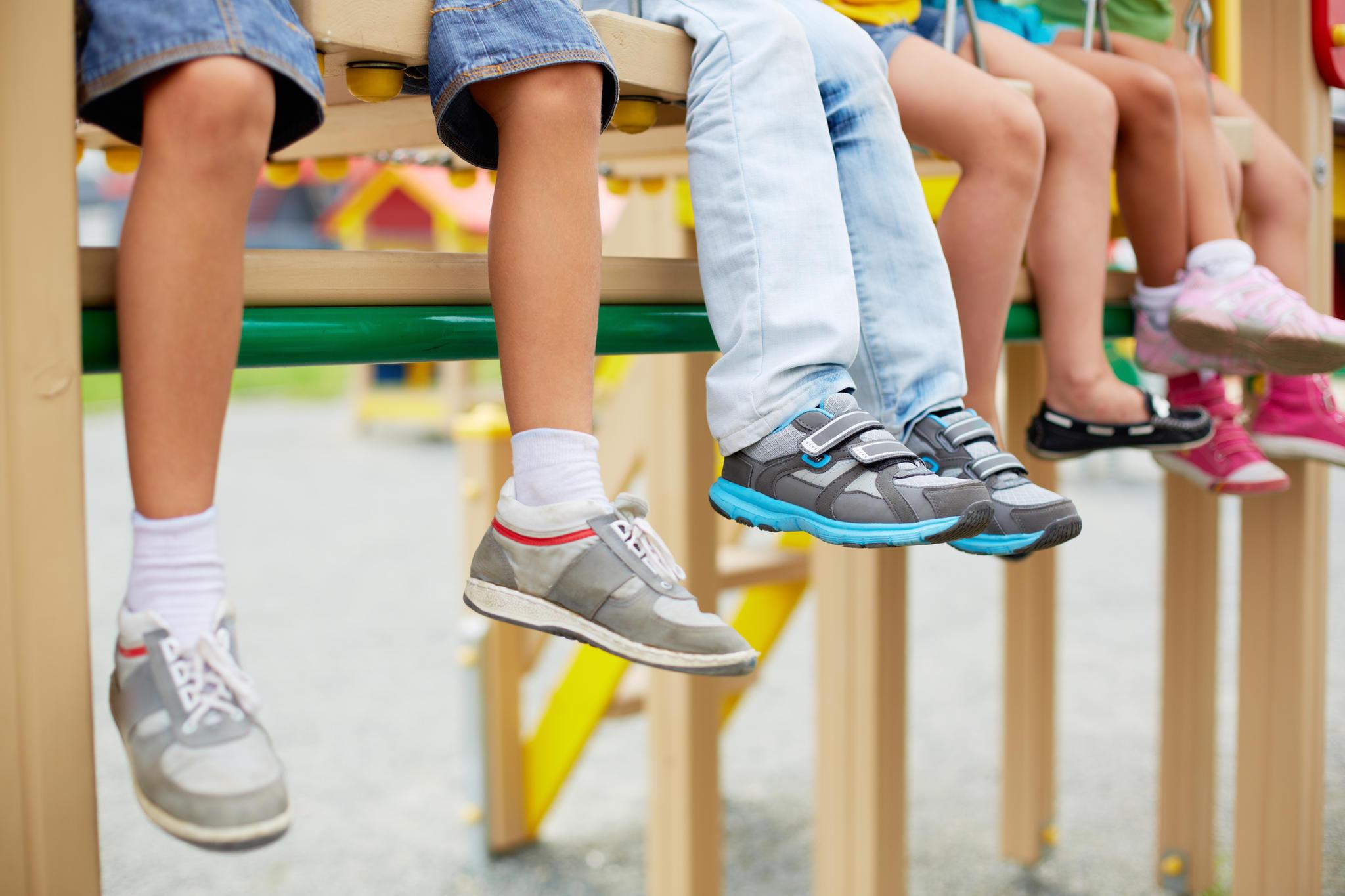 Lässig muss es sein! Schuhe werden zum Statement und dürfen kaum zu spüren sein. Diese Mädchen und Jungs mögen es bequem.