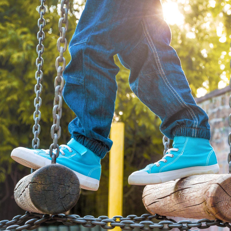 Kinderschuhe auf Spielplatzgerät