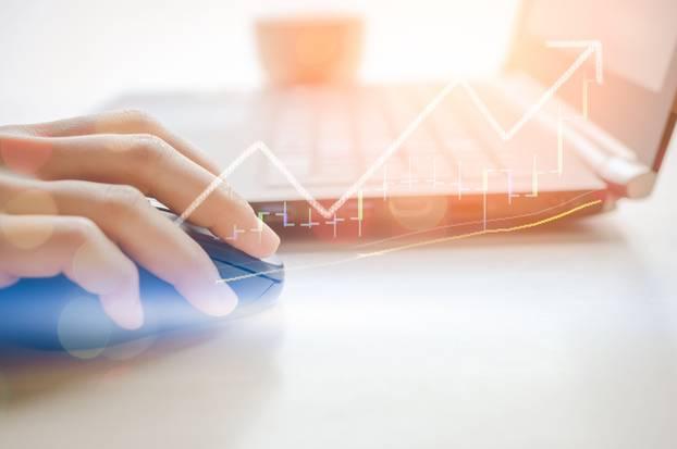 Börse Mythen: Frau am Computer