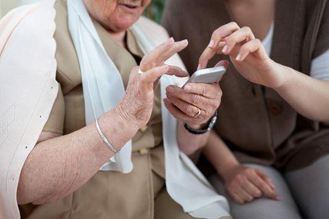 App gegen Alzheimer: Alte Dame und Smartphone