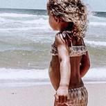 Zensiertes Kinderfoto: Mädchen schaut in die Wellen