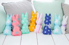 Osterhasen nähen: Bunte Hasen auf dem Sofa