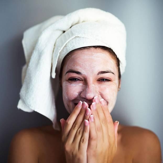 Frau testet Jelly Masks