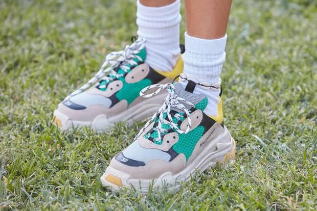 Mode-Lexikon: Dad Sneaker an einer Frau