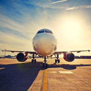 EasyJet: Flugzeug bei Sonnenaufgang auf der Startbahn