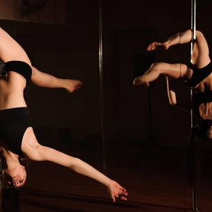 Ägypten: Dunkelhaarige Frau an einer Poledance-Stange
