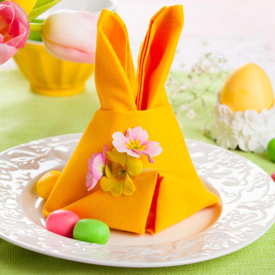 Servietten falten zu Ostern: Osterhase auf Teller