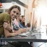 Working Mom: Frau am Schreibtisch