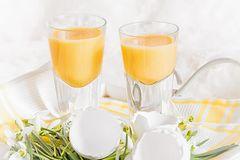 Eierlikör selber machen: Kleine Gläser zu Ostern mit Eiern dekoriert