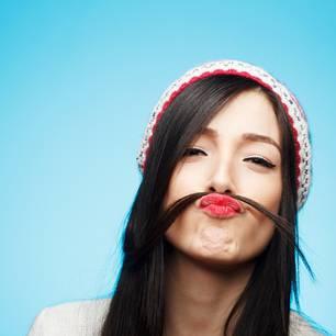 Frau mit Kopfhaar als Schnurrbart – Spliss