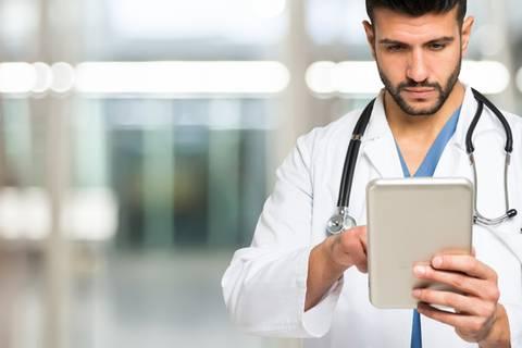 Traumtyp im Kittel: Warum Ärzte die neuen Stars im Netz sind