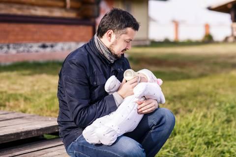 Papa auf Probe – Vier Tage mit einem Babyroboter