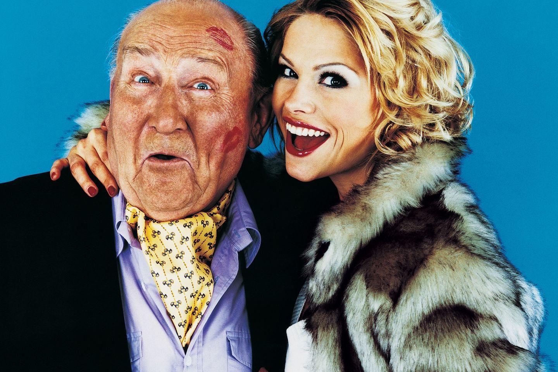 Älterer Mann mit Blondine