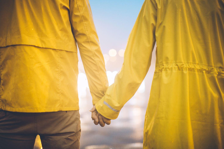 Das Grauen trägt gleichfarbige Wetterjacken –Partnerlook im fortgeschrittenen Alter
