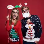 Paar mit Weihnachtspullis und Requisiten