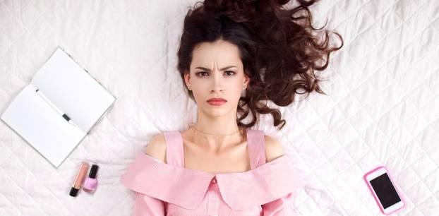 Stirnfalten: Diese Frau runzelt ihre Stirn und zeigt Zornesfalten