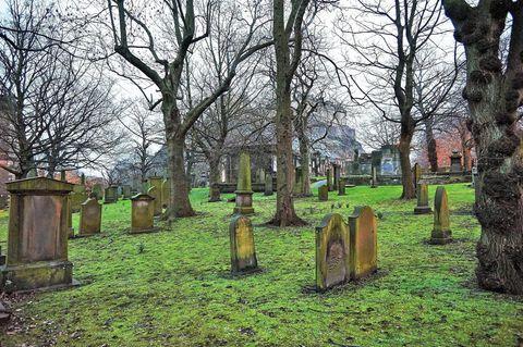 Echter Grabstein in Gruselkabinett entdeckt: Friedhof mit Grabsteinen