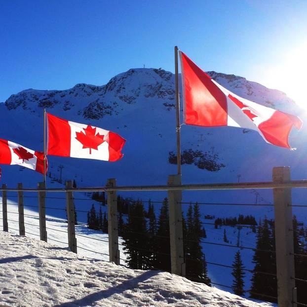 Nationalhymne geändert: Kanadische Flaggen auf einem Berg
