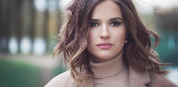 Welche Augenbrauenform passt zu mir: Frau mit braunen Haaren