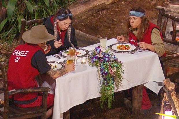 Jenny, Tina und Daniele genießen ihr Festmahl.