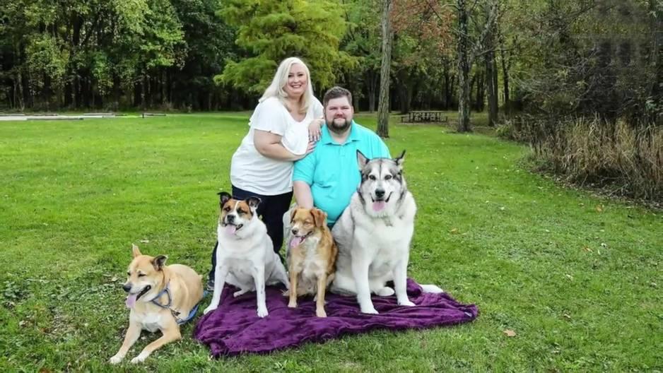 Dickes Brautpaar: Katie und ihr Verlobter posieren mit ihren Hunden