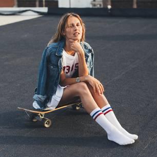 Valentinstagsgeschenke für Frauen: Frau sitzt auf Skateboard