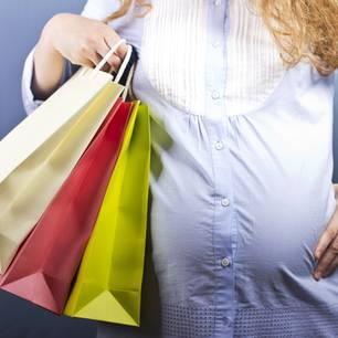 28. SSW: Schwangere mit Shoppingtüten