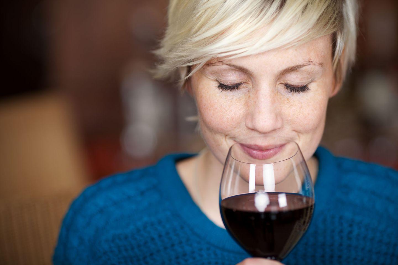 Alltagsdrogen: Frau trinkt Rotwein