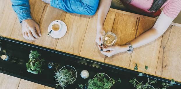 Über Krankheiten reden: Zwei Menschen trinken Kaffee